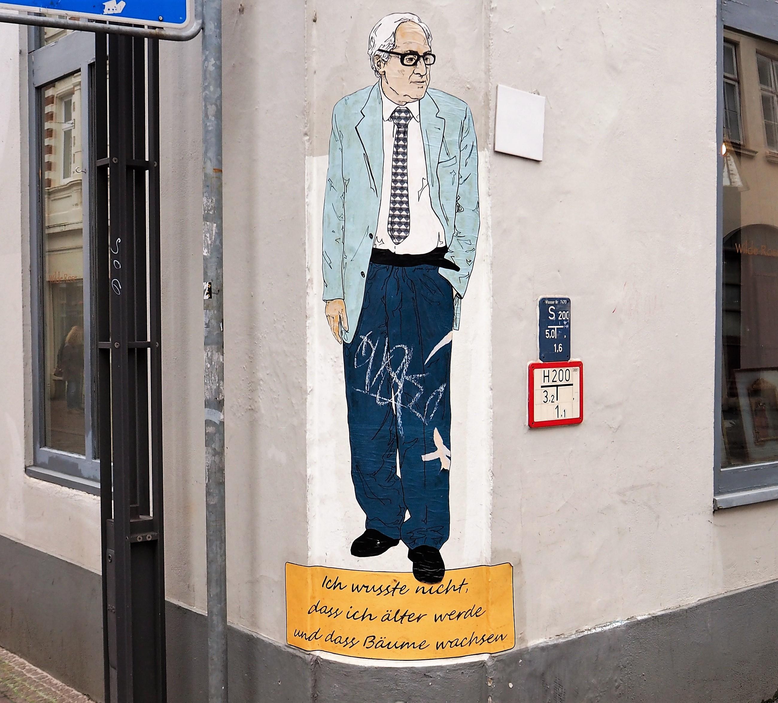 Das Stencil von Joan Augiló zeigt einen Mann in Lebensgröße an einer Strassenecke