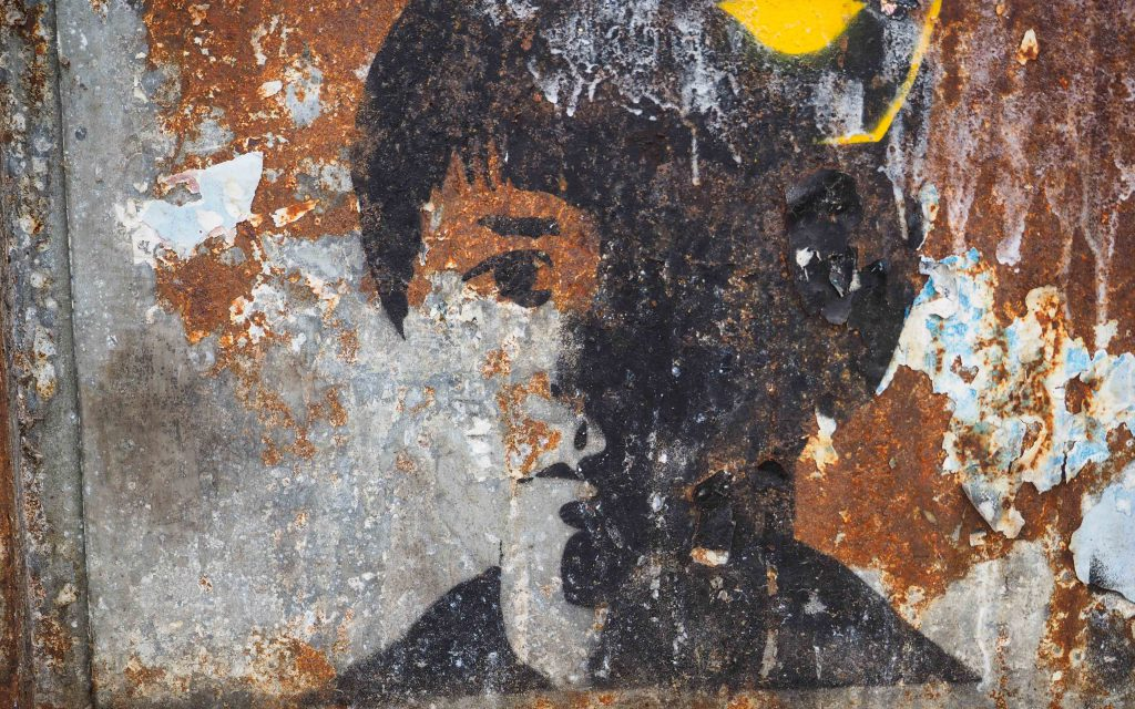 ein Stencil eines unbekannten Künstlers zeigt einen Jungenkopf