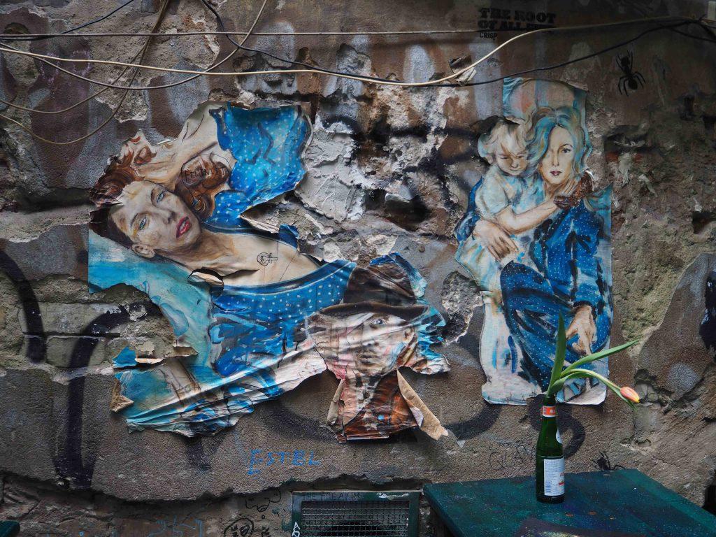 das Paste up einer unbekannten Künstlerin zeigt mehrere Frauen in blauen Kleidern