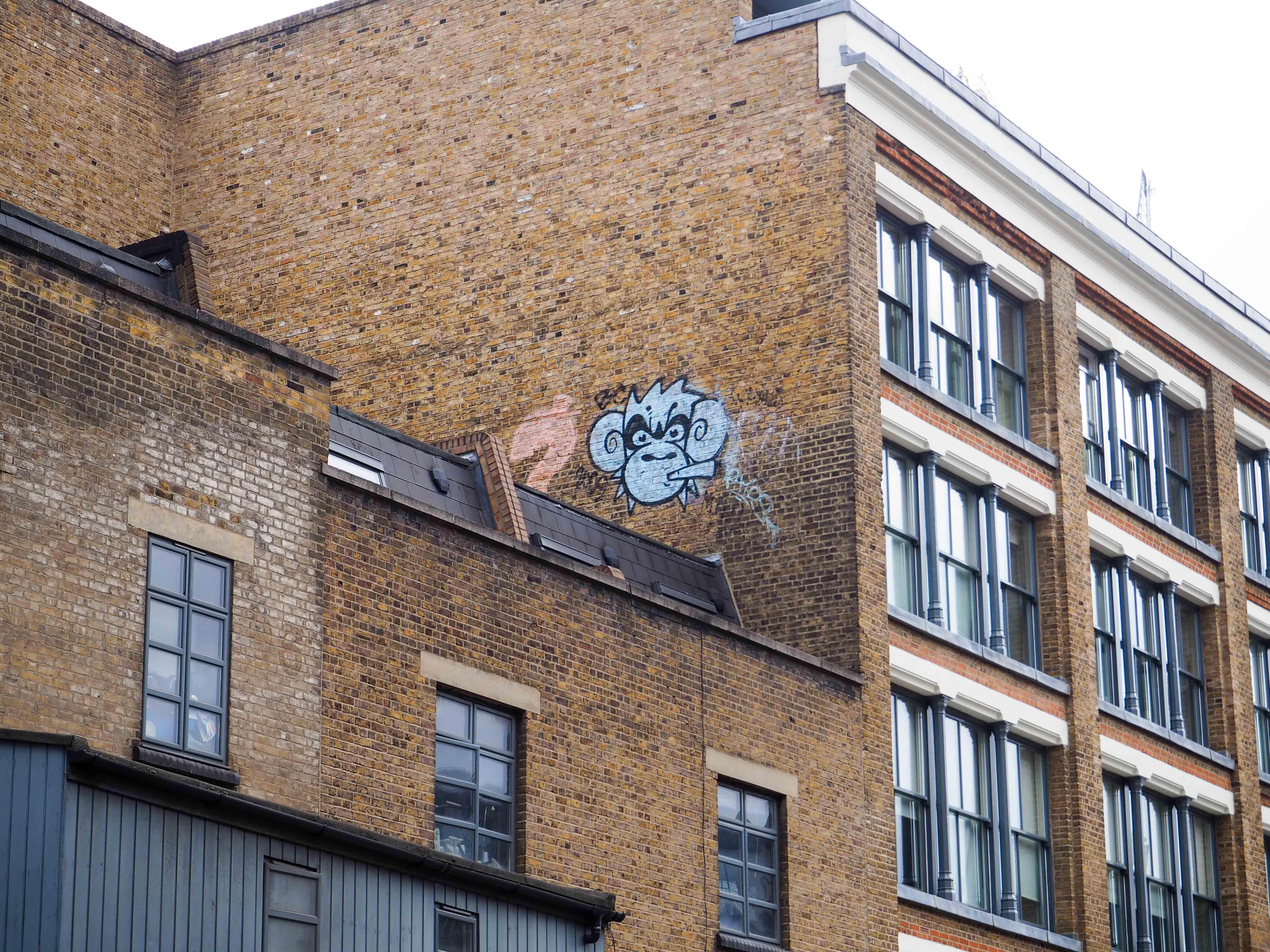 übers Dach geklettert ist Mighty Mo um hier seinen Affenkopf zu hinterlassen