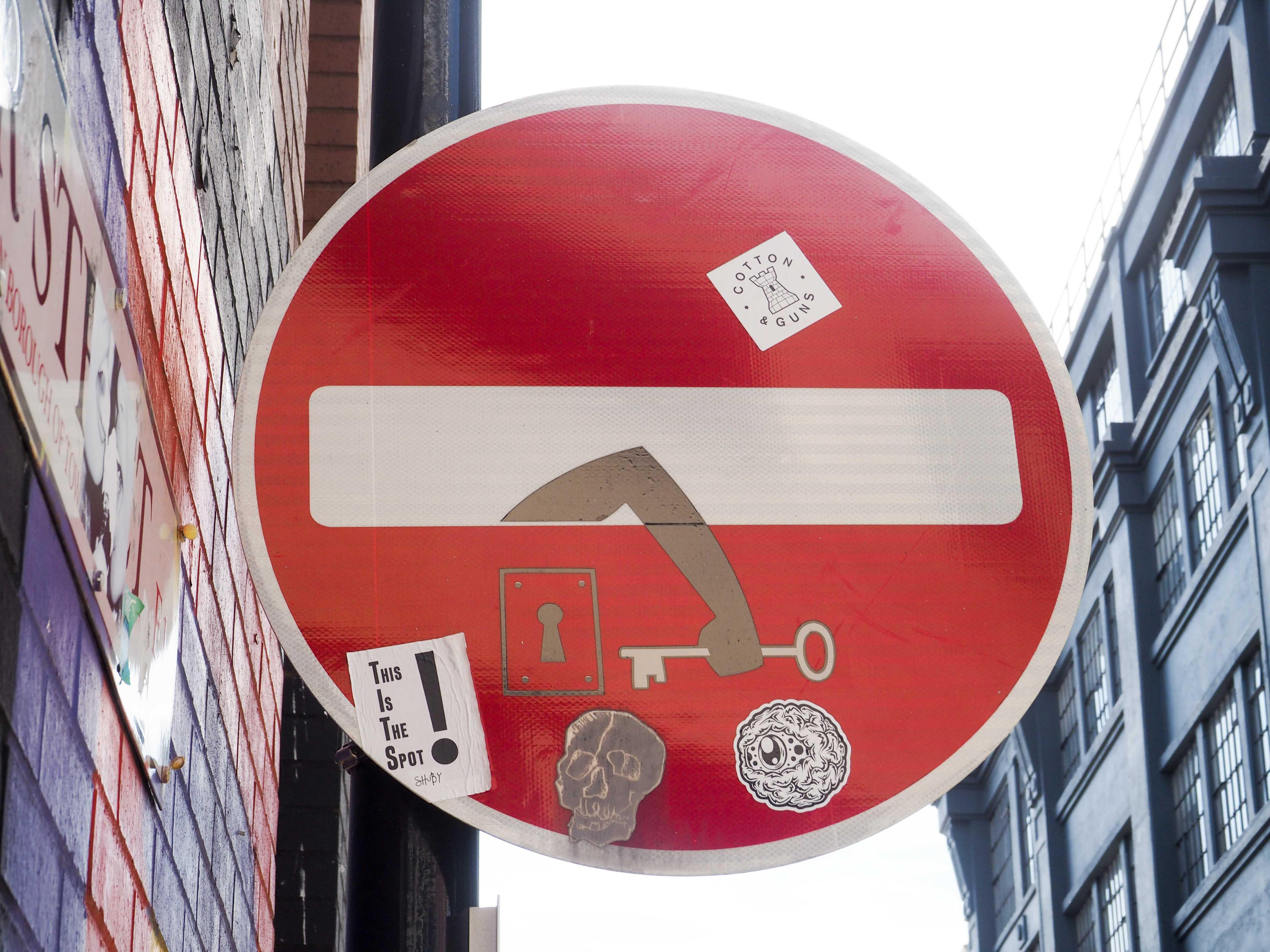 Durchfahrt Verboten Schild mit Arm und Schlüssel verändert