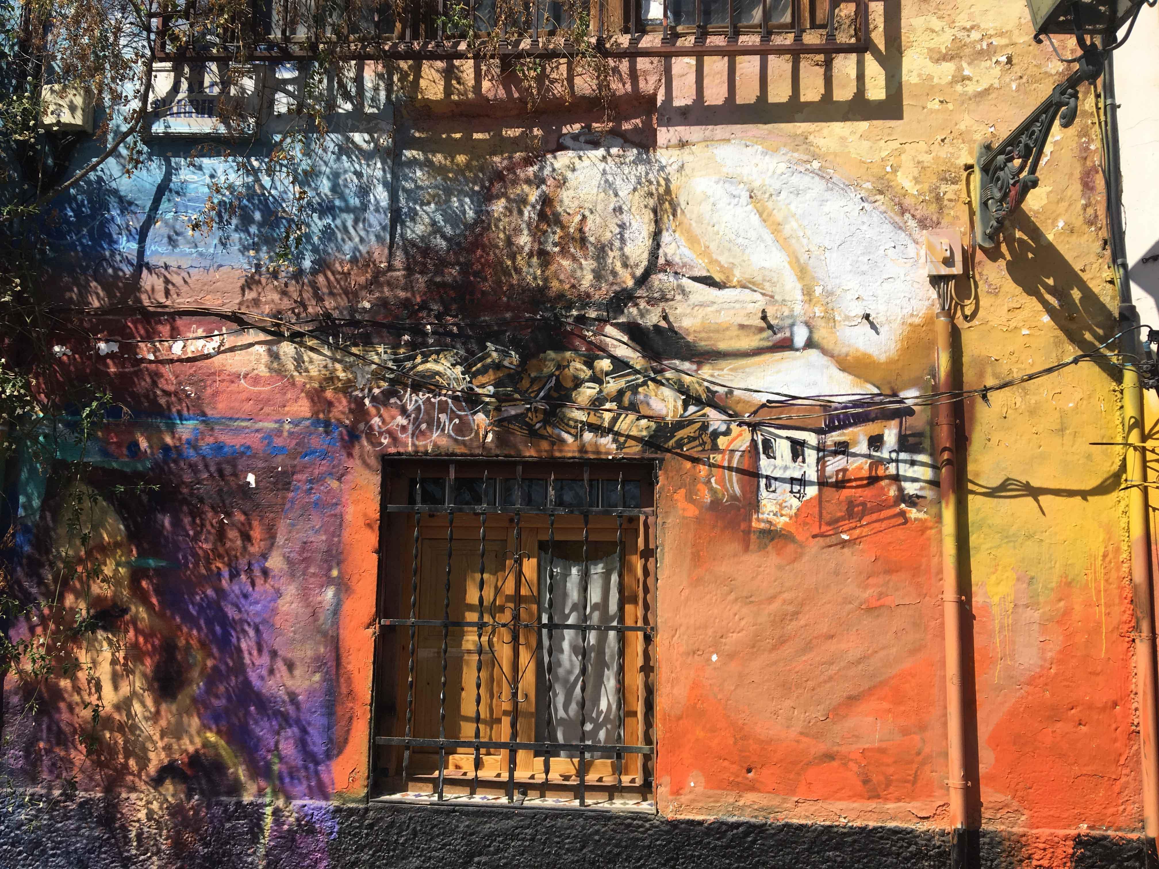 Detail einer Hasuwand von El Niño de las Pinturas bemalt zeigt ein schlafendes Kleindkind