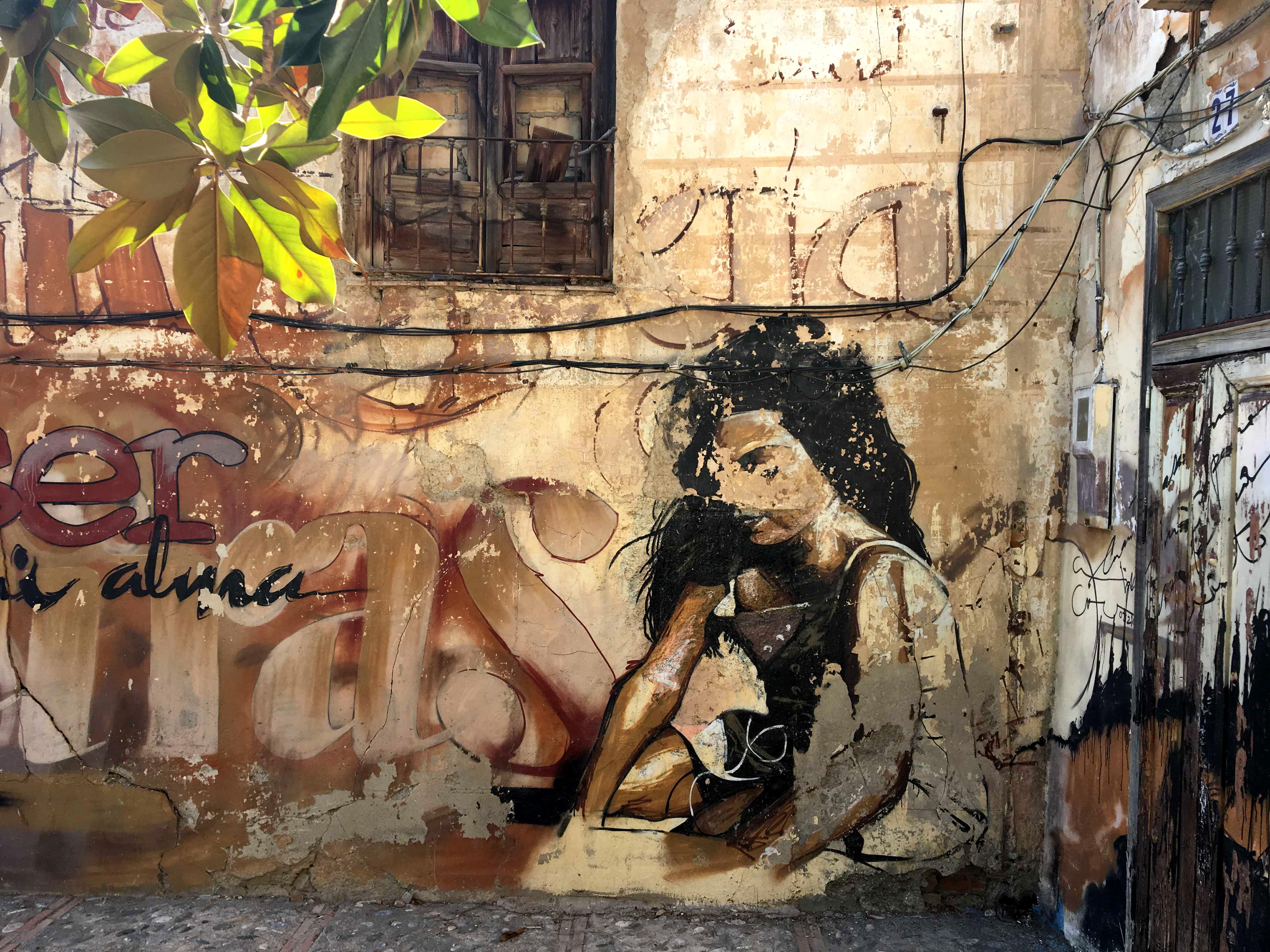 Mural von El Niño de las Pinturas dass ein sitzendes Mädchen zeigt