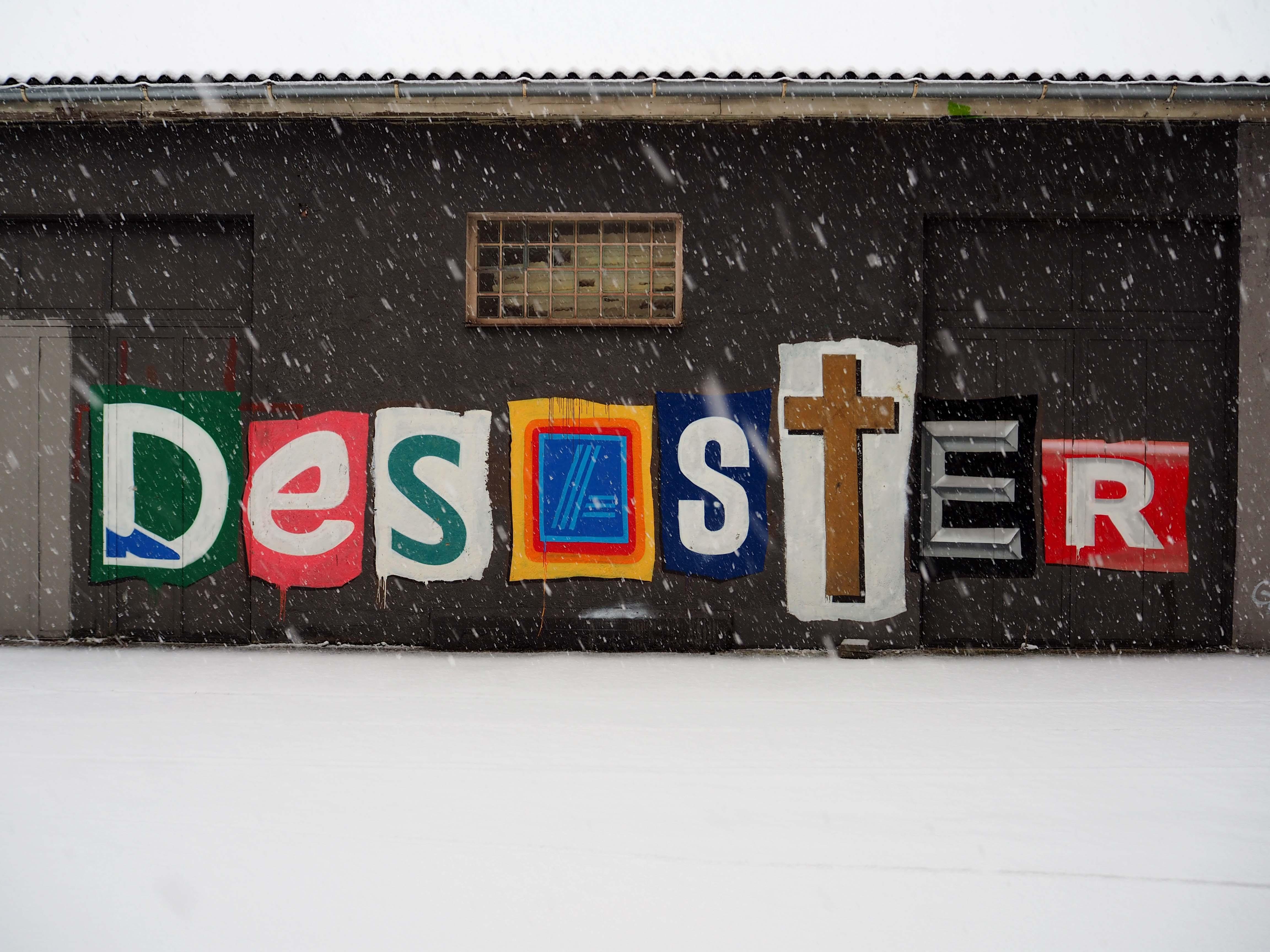 """""""Desaster"""" steht in großen Lettern von denen jeder für einen Discounter steht"""