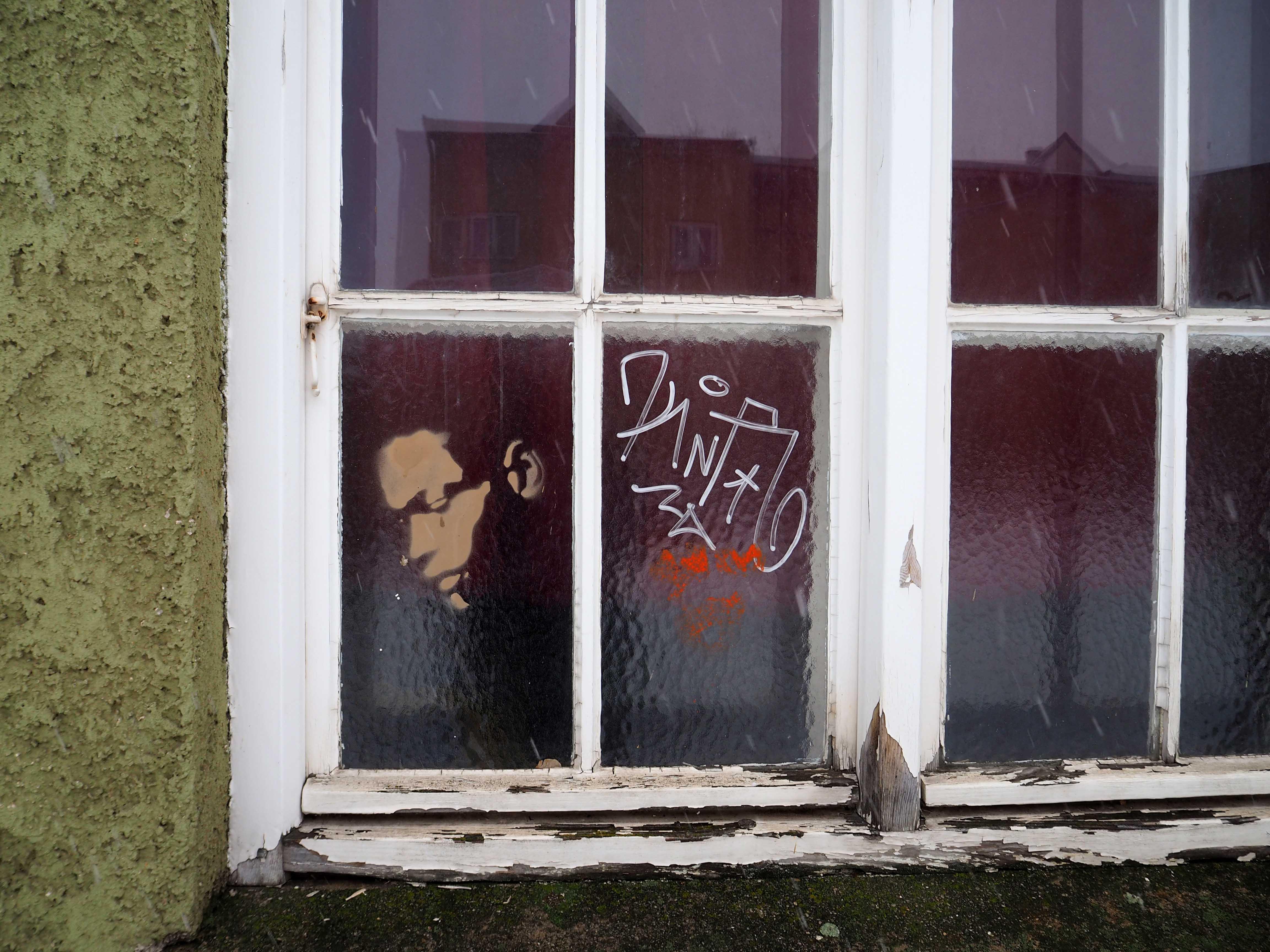 stencil von unbekanntem Künstler dass einen jungen Mann im Profil zeigt