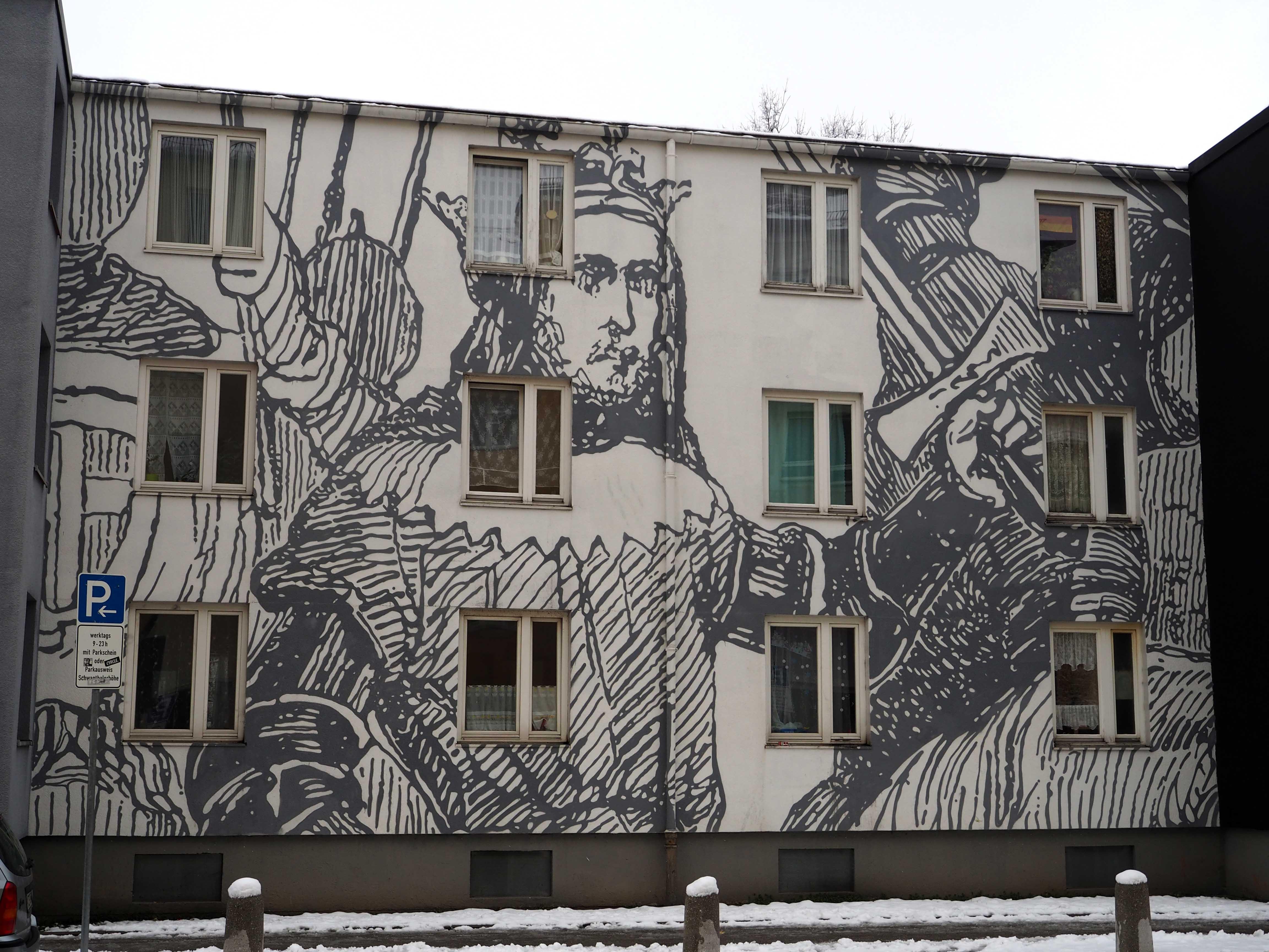 das mural von Cyrcle. zeiht sich über die Fassade eines ganzen Häuserblocks