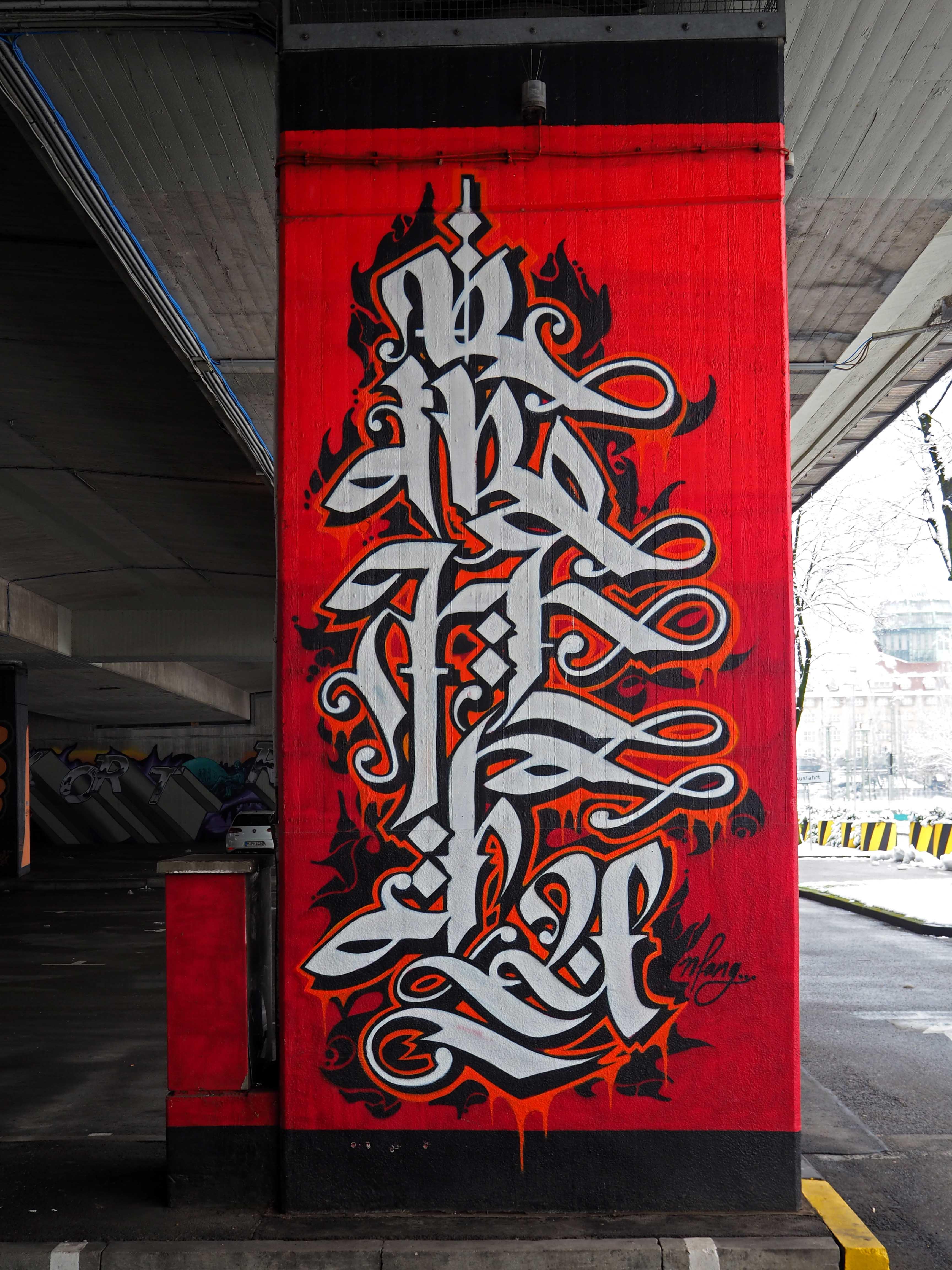 Brückenpfeiler mit caligrafischer Arbeit von Neso weiß auf rot