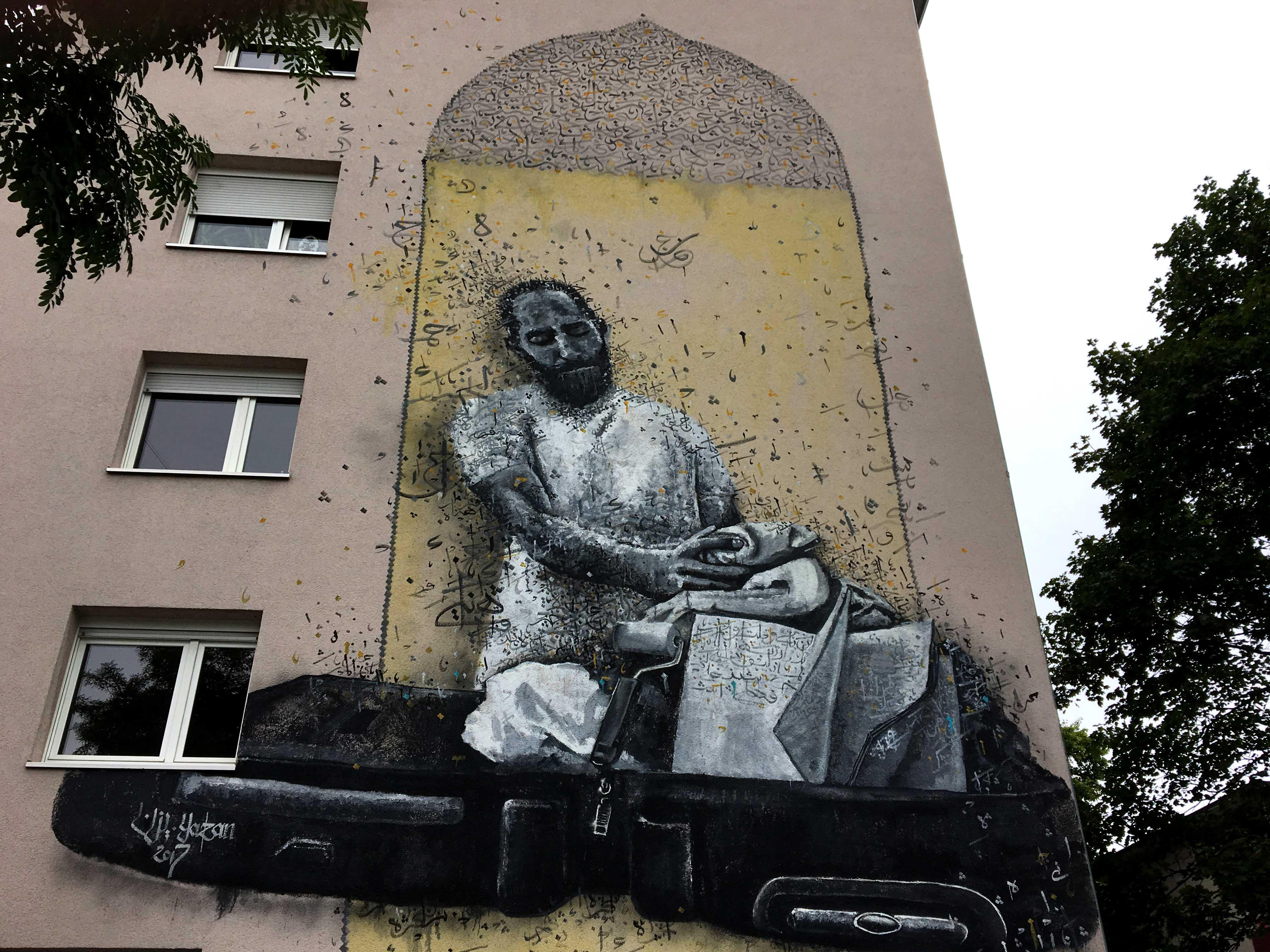 Mural von Yazan Halwani zeigt einen Mann der einen Koffer packt