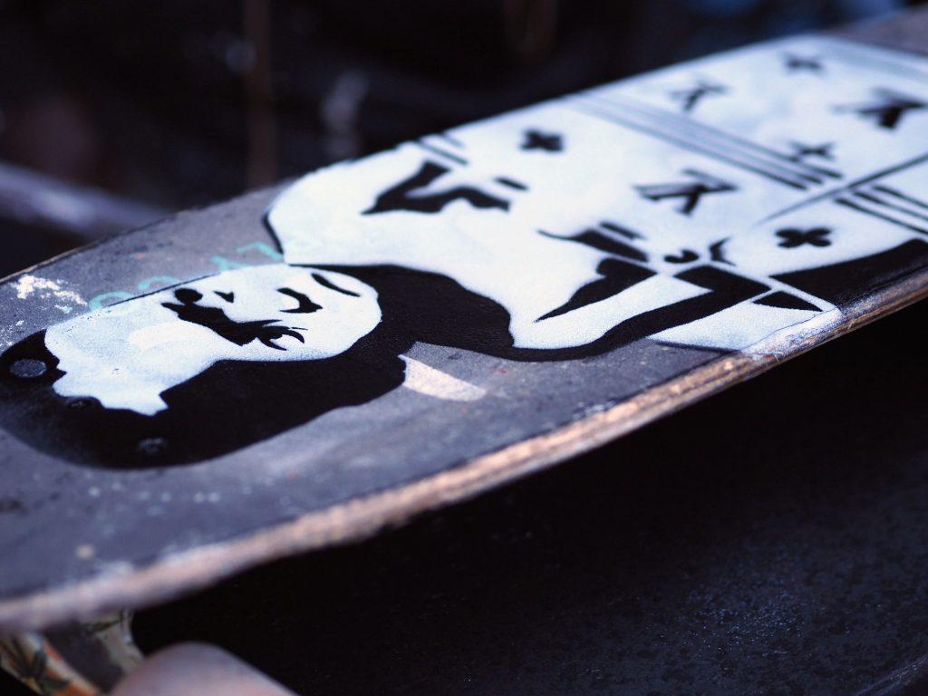 ein Kind wurde auf ein Skate Board gesprüht