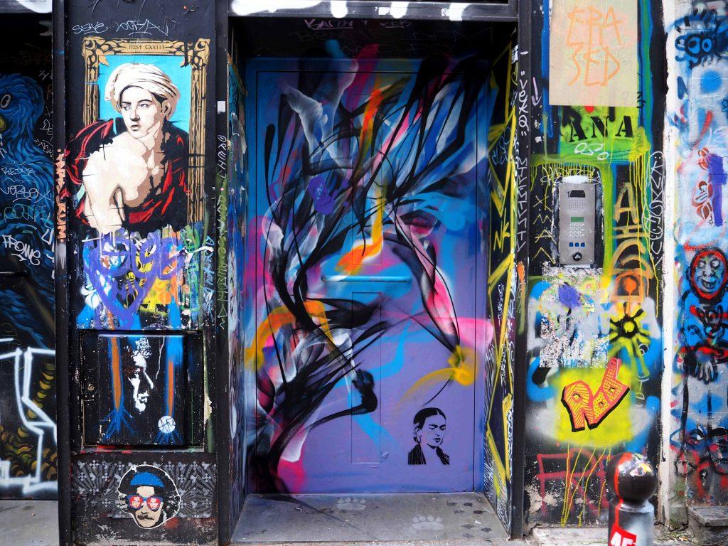 Diverse unbekannte Künstler haben Graffiti, Stencils und Tags hinterlassen