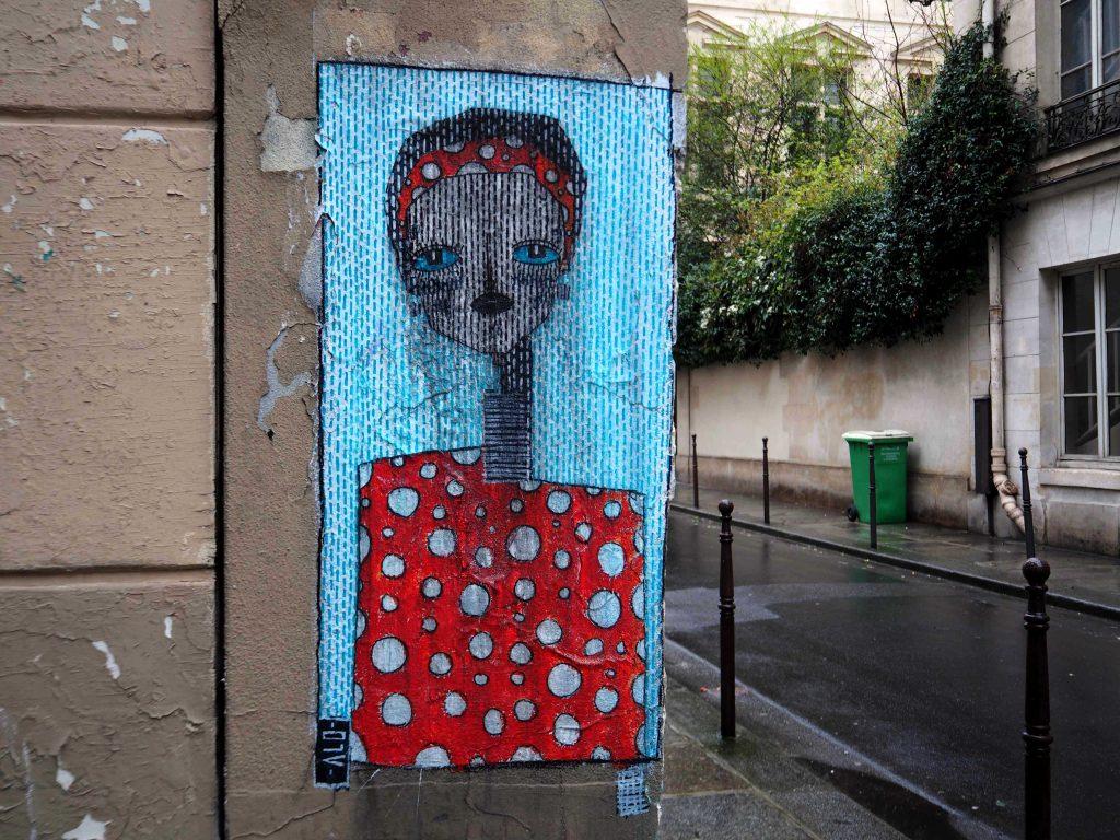 Portrait von Alo an einer Hausecke