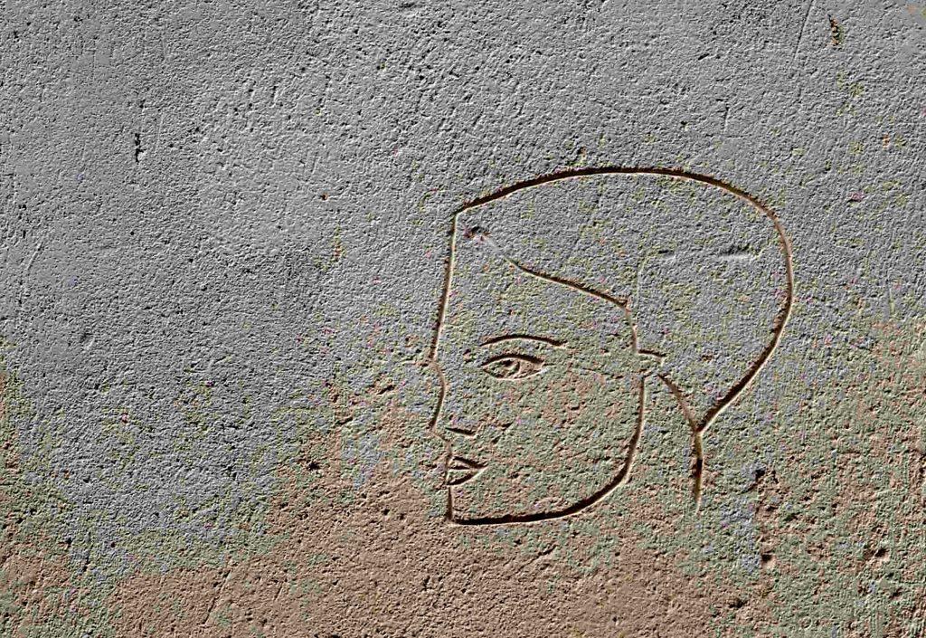 ein Frauenportrait in die Wand geritzt