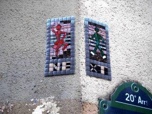 """""""Next"""" steht auf dem Mosaik"""