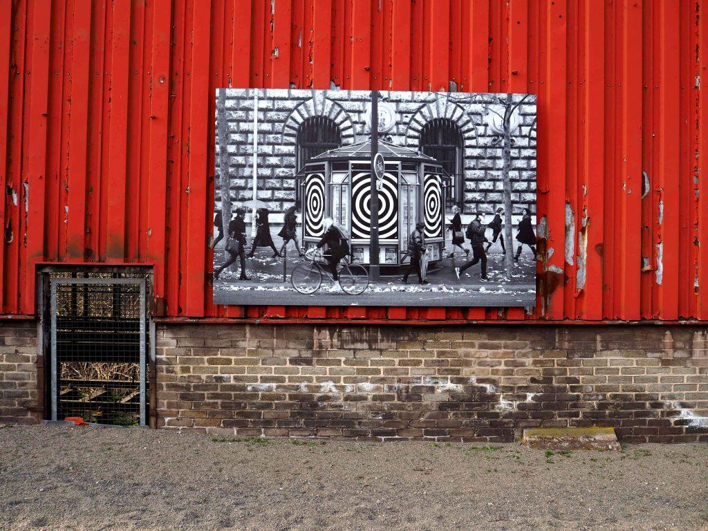 Das Foto zeigt vor rotem Hintergrund ein Foto von Jordan Seiler.