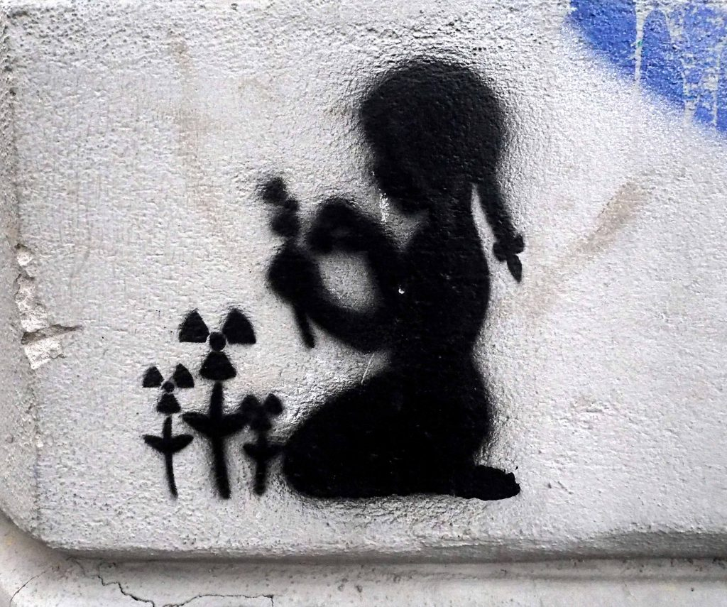 Kind pflückt Blumen
