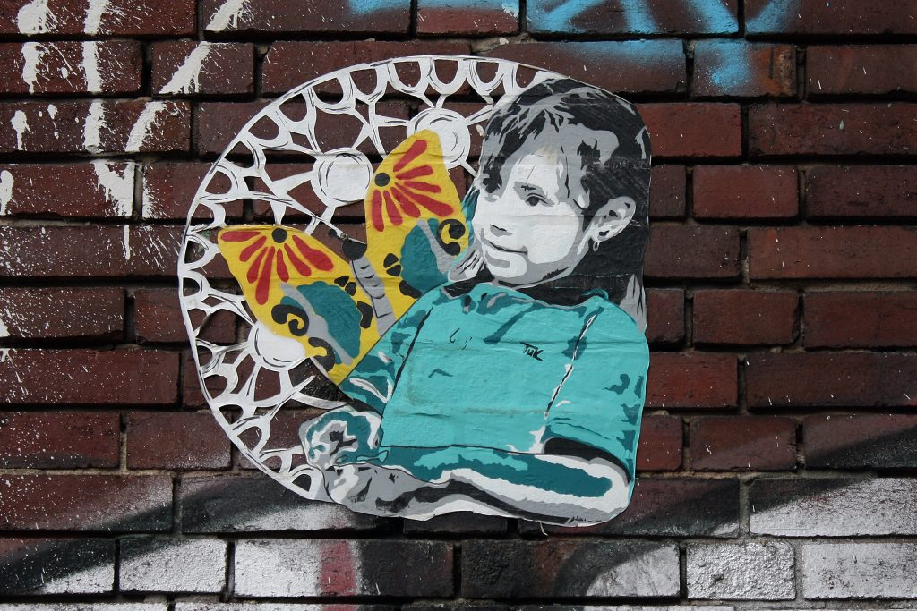Kind mit Schmetterling von Tuk