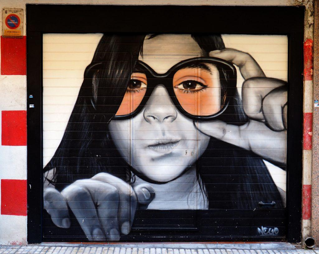 ein Mädchen trägt Brille