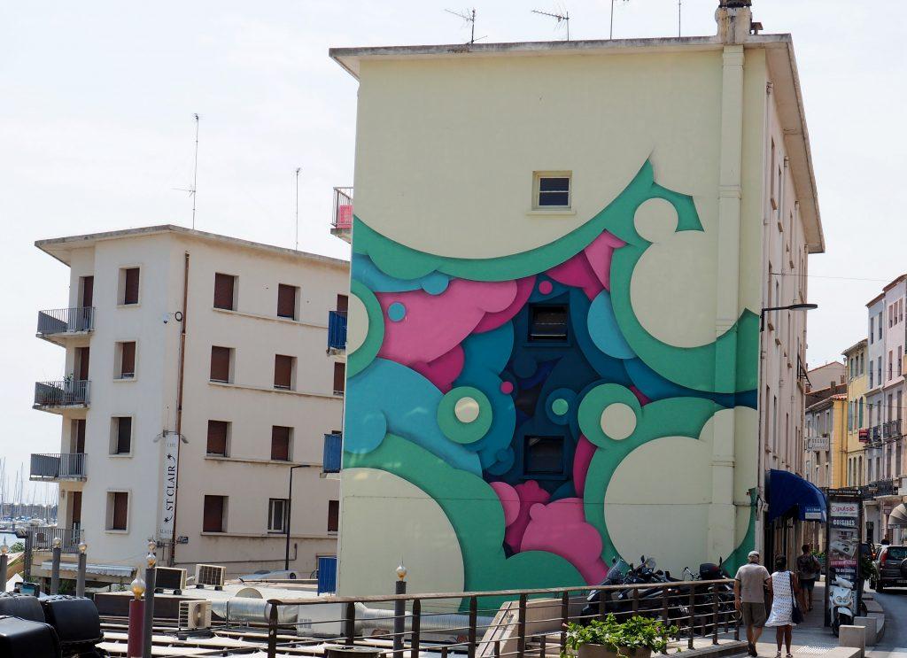 Mural in grün, blau und pink
