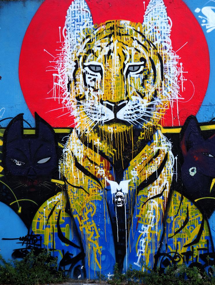 Tiger mit Maske auf der Brust