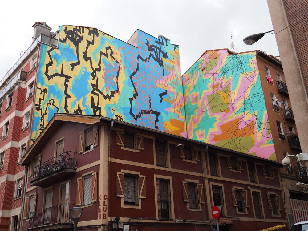 zwei Fassaden die aneinandergrenzen sind sehr farbig gestaltet