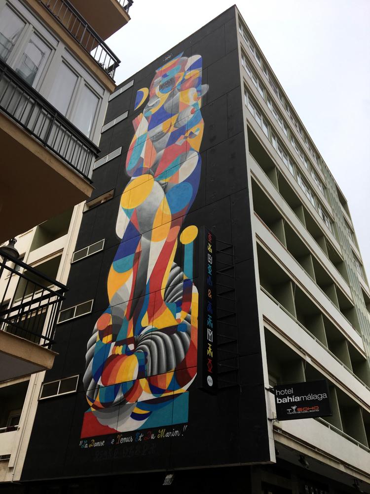 buntes Mural, das einen Frauenakt darstellt, auf schwarzem Grund