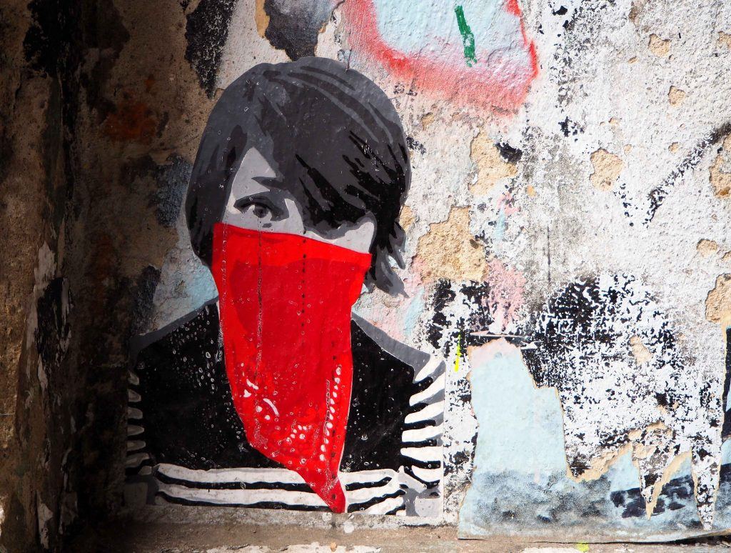 Frau mit rotem Tuch