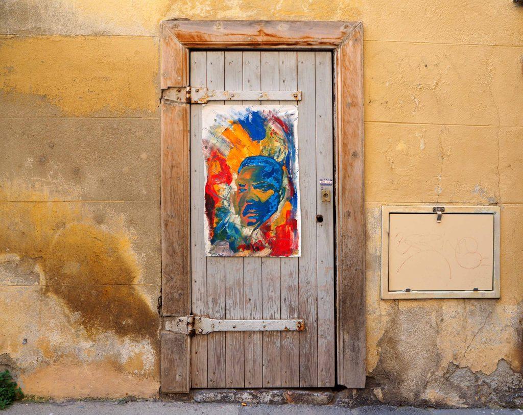 buntes Bild auf Tür