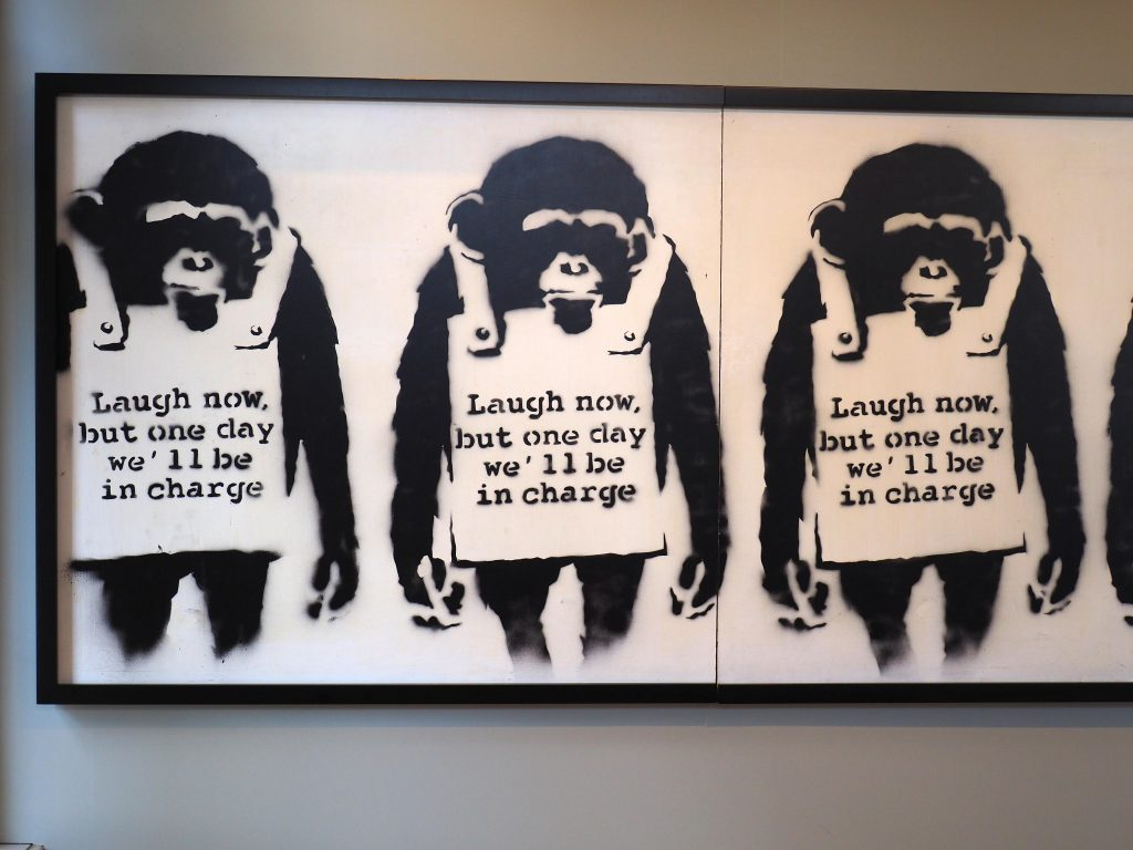 "Affen tragen ein Schild: ""Laugh now, but one day we´ll be in charge"