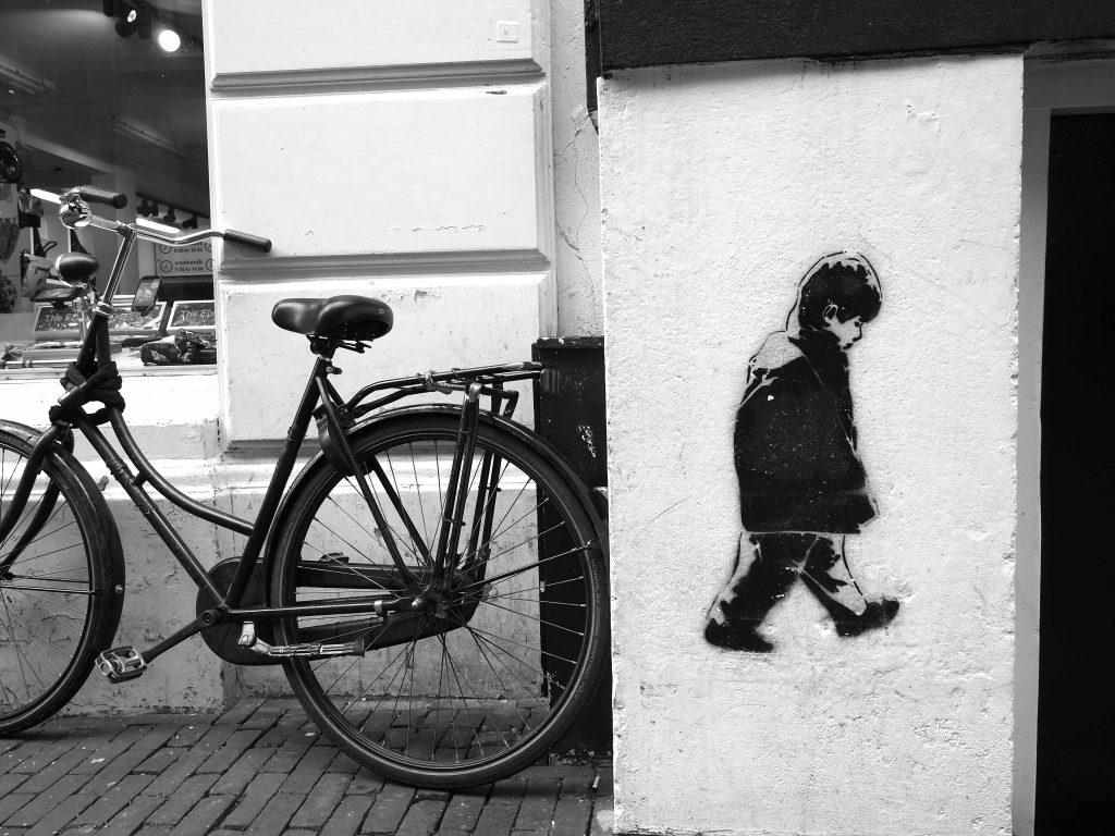 kleiner Junge mit Fahrrad