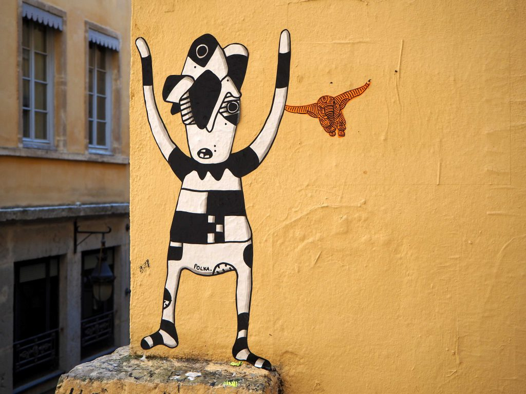 schwarz/weiße Figur mit fliegendem Elefanten