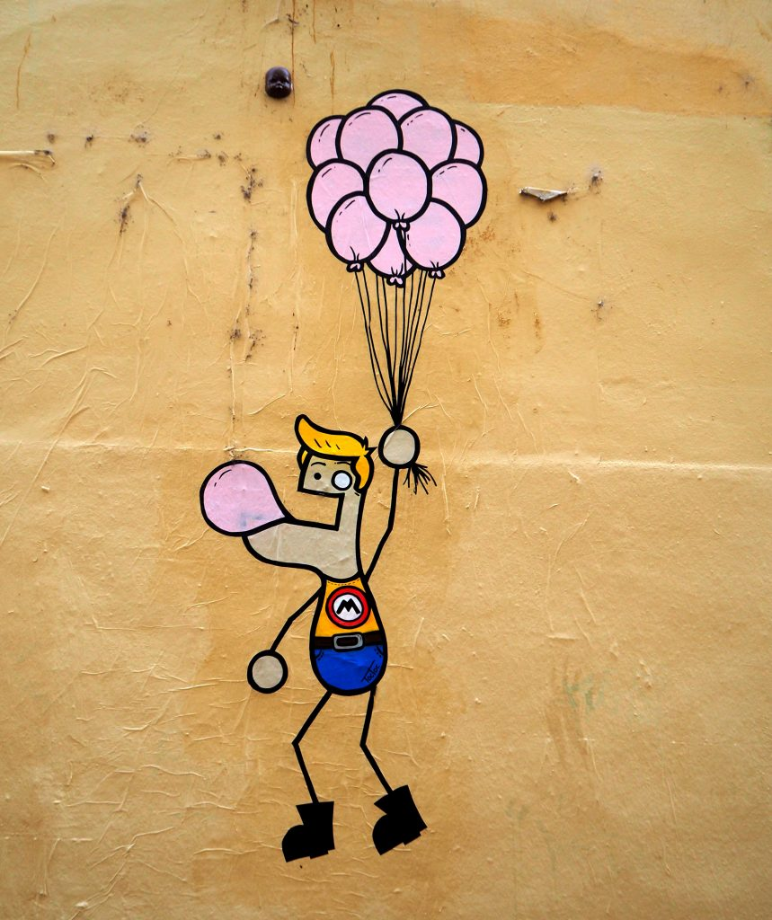 an Luftballons hängend