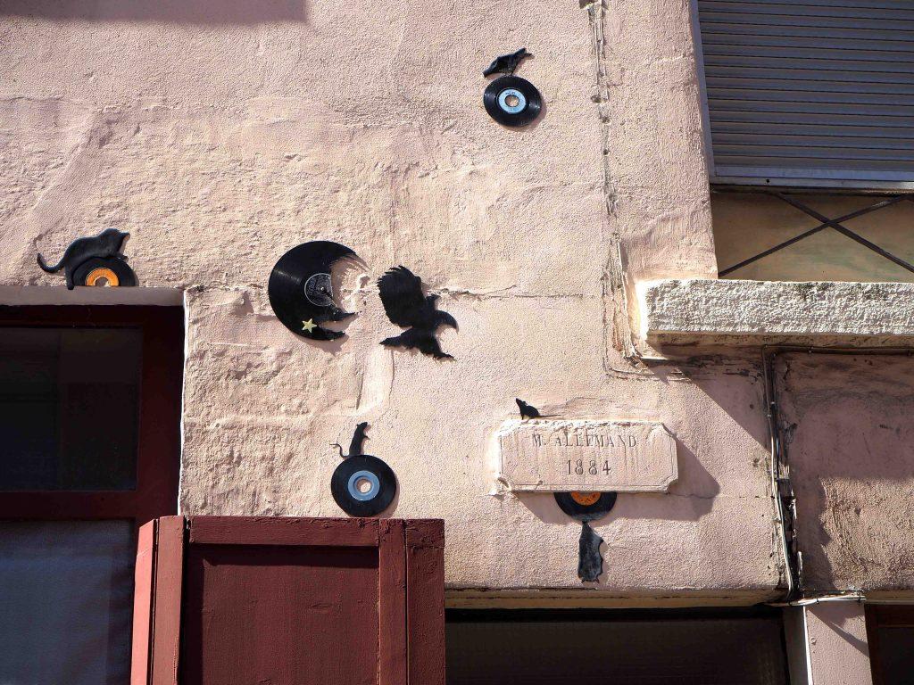 Vögel fliegen aus Schallplatten