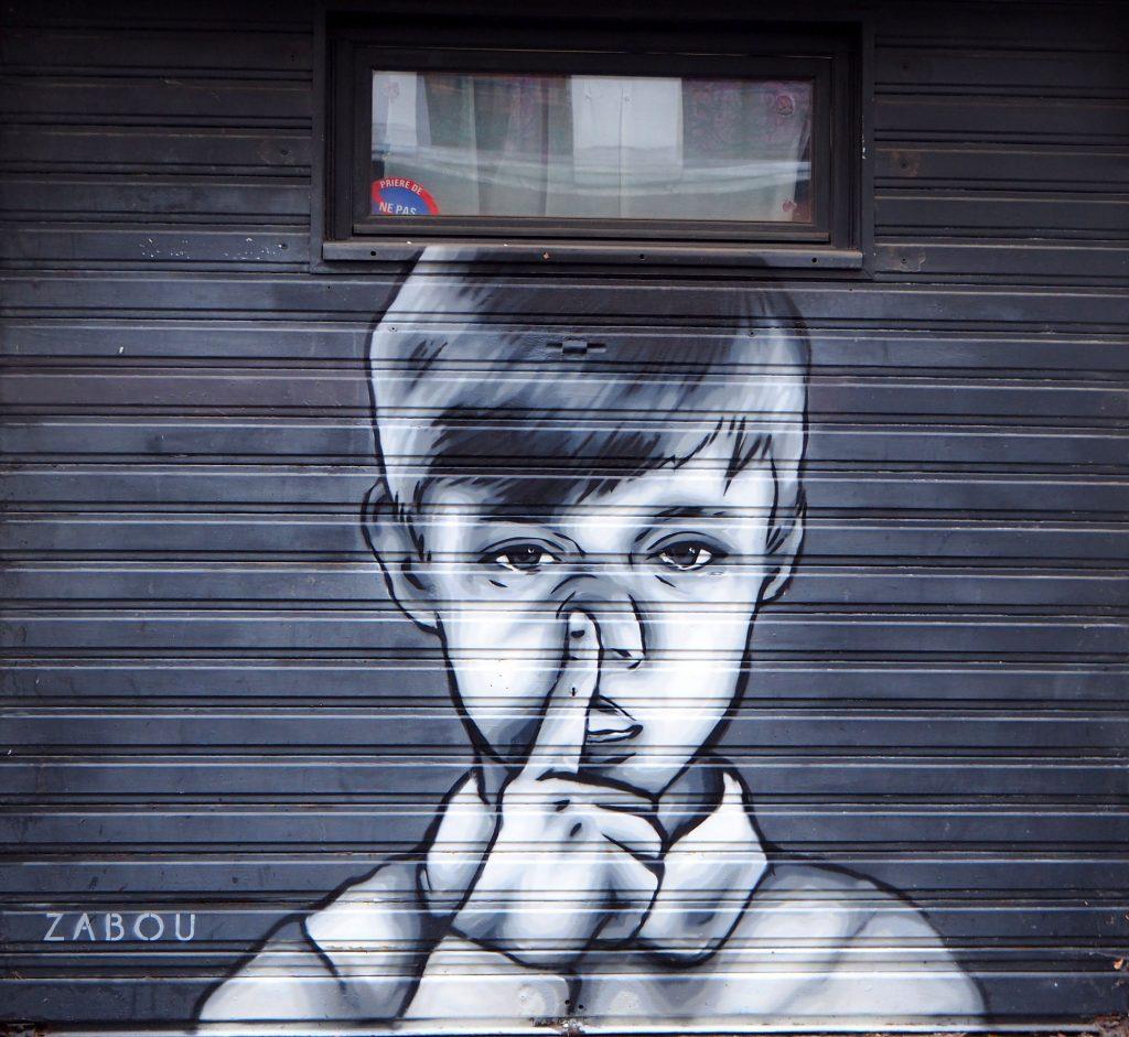 Junge fasst sich an die Nase