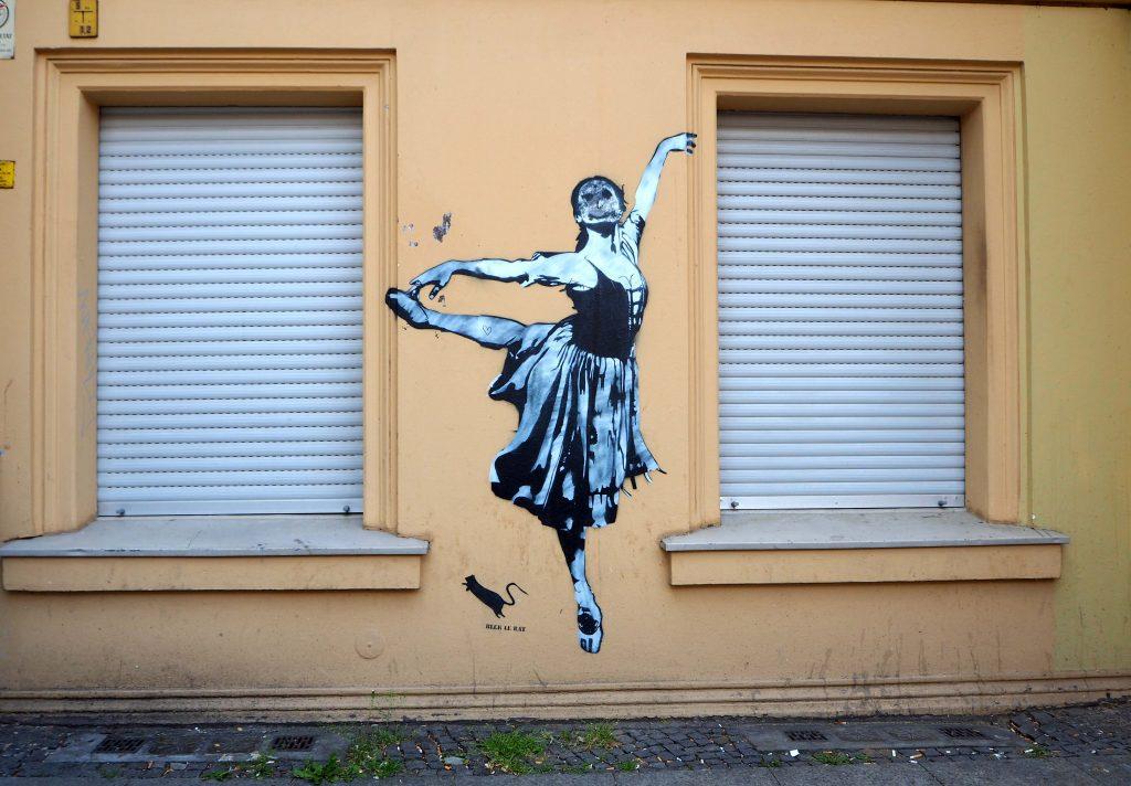 Tanzende mit verunstaltetem Gesicht