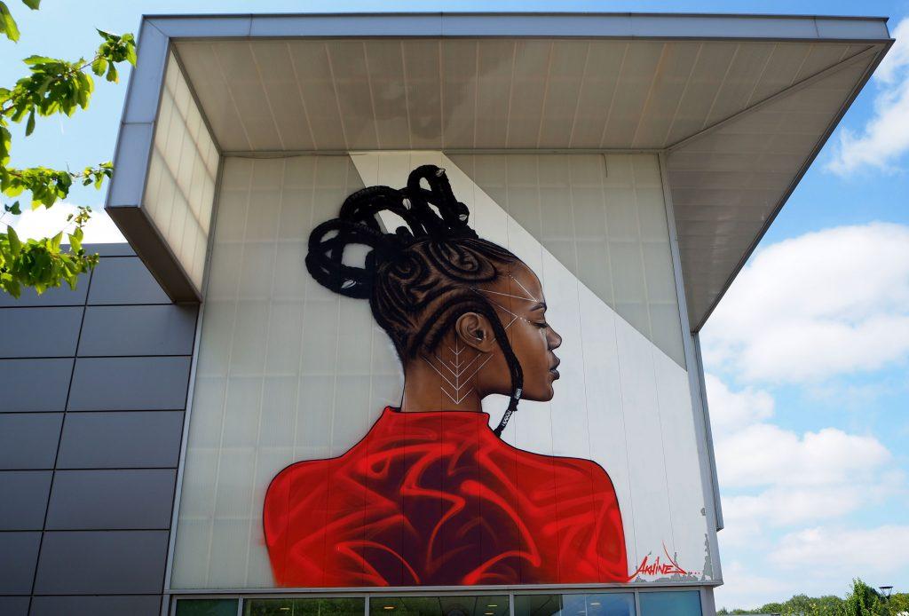 Frau mit rotem Oberteil