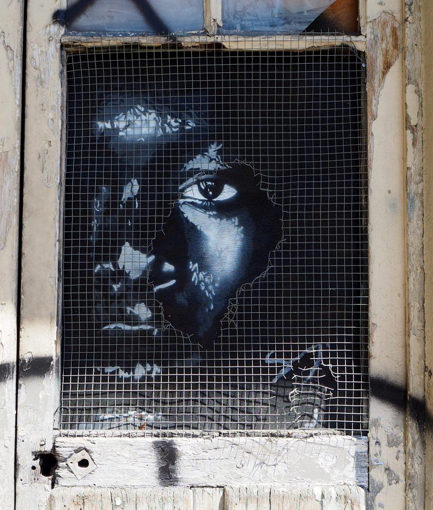 Stencil hinter Gitter