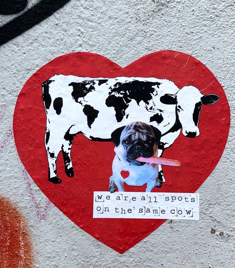 Kuh und Hund mit Möhre